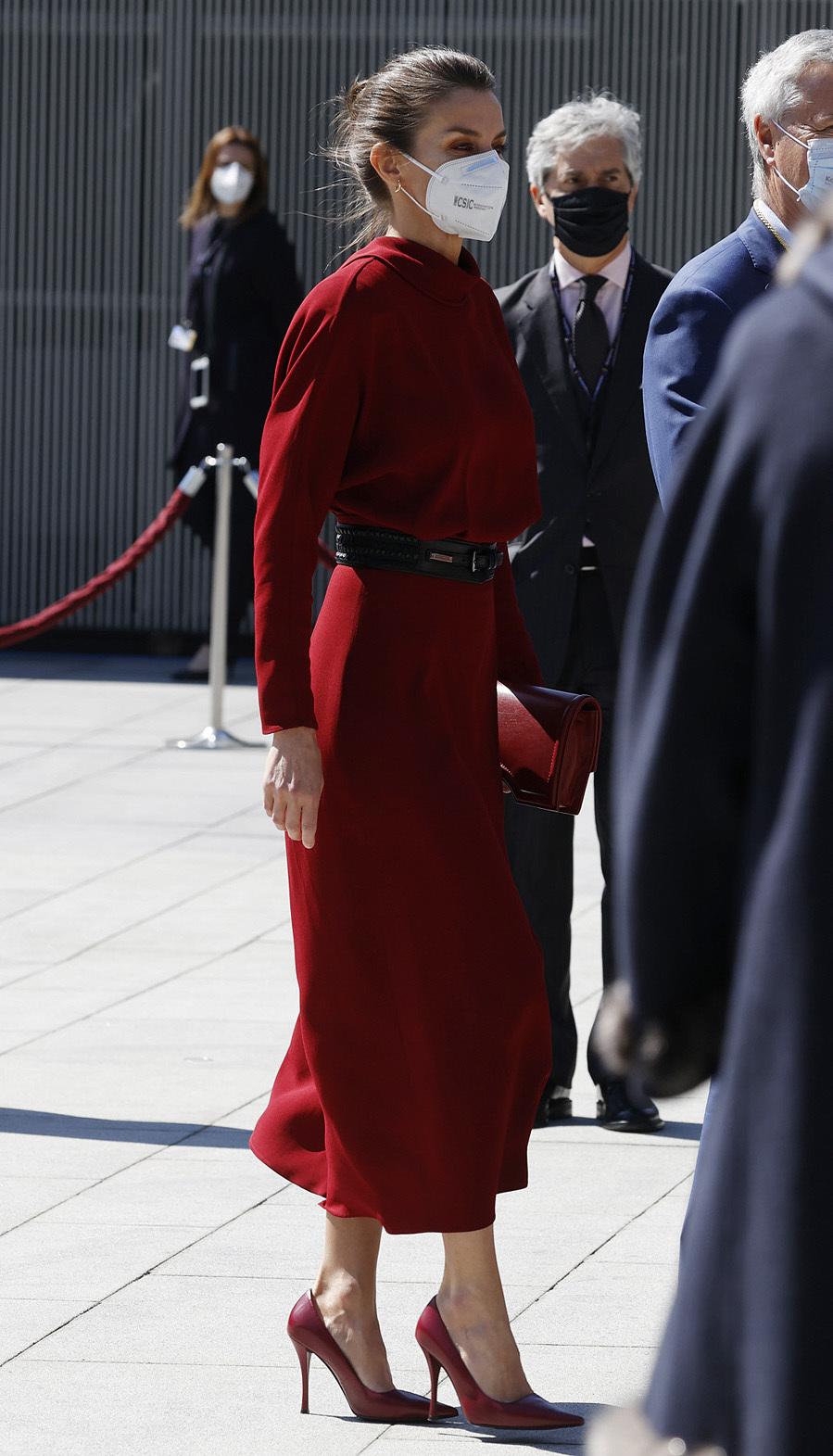Piezas de estreno de la Reina en más de un año - Vestido rojo de Massimo Dutti