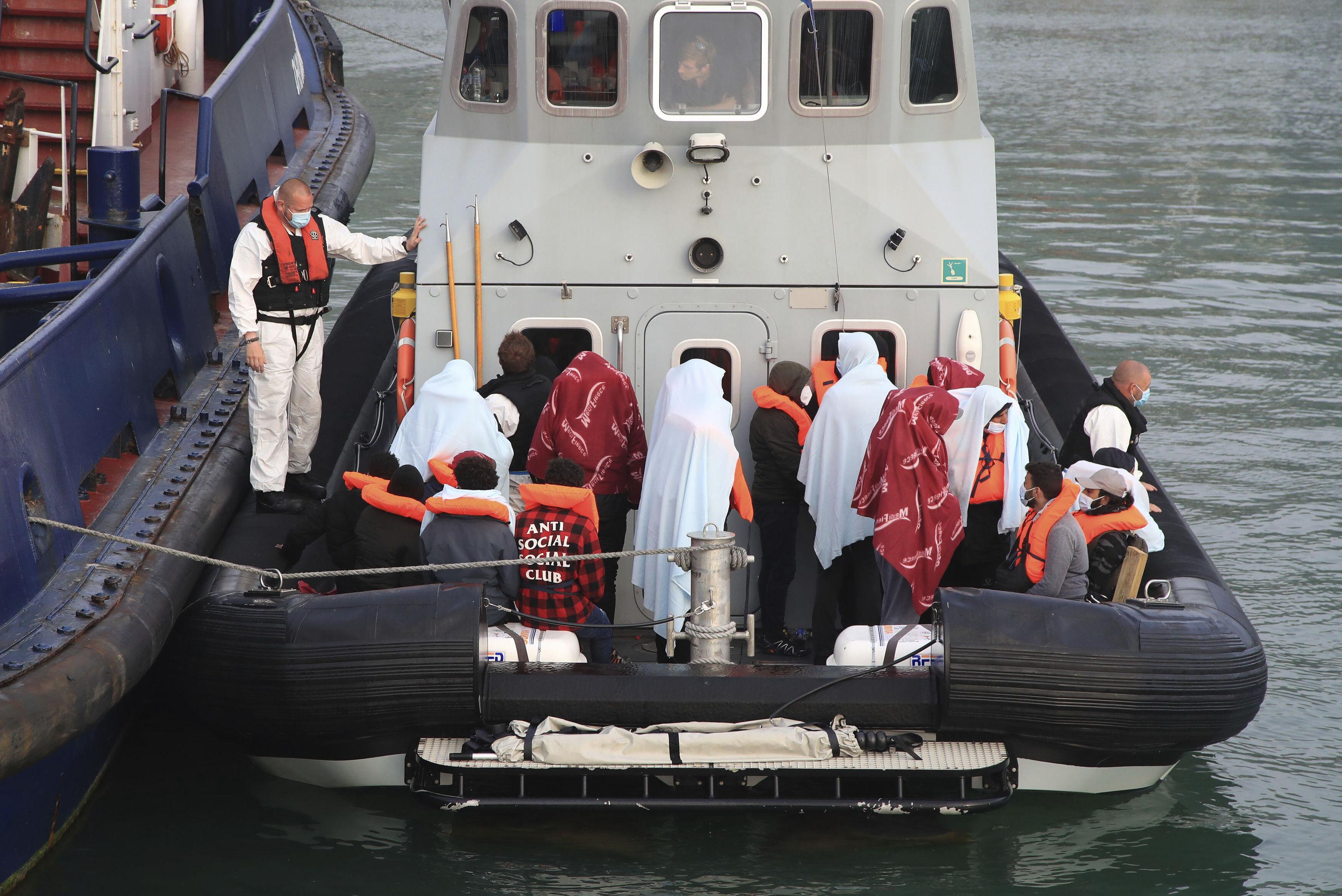 Un barco traslada a un grupo de migrantes que trataba de cruzar el Canal de la Mancha.