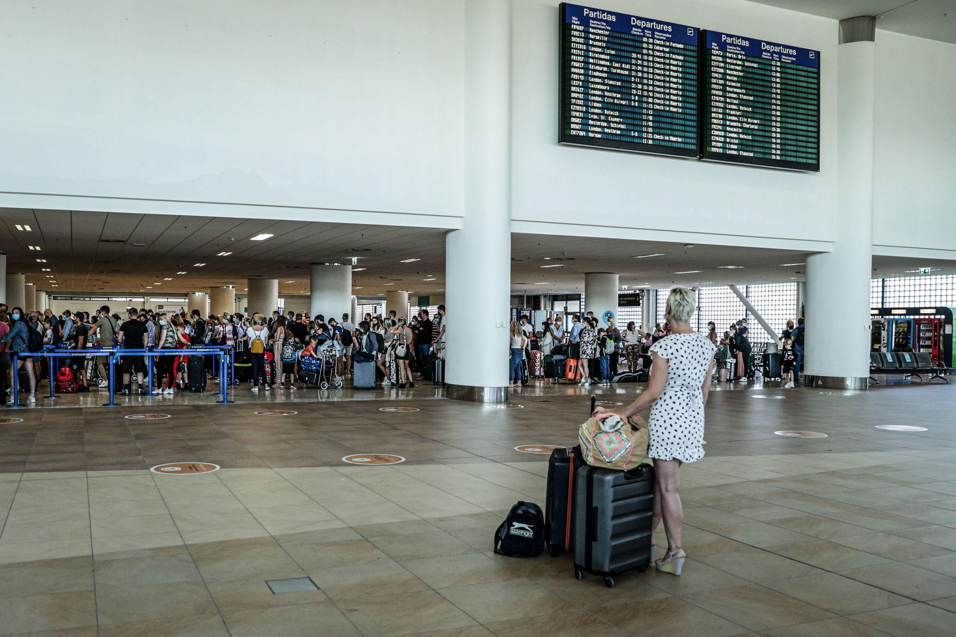 Británicos abarrotando el aeropuerto de Faro