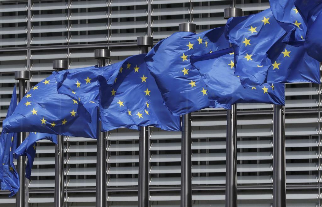Banderas de la UE ondean en las afueras de la Comisión Europea en Bruselas