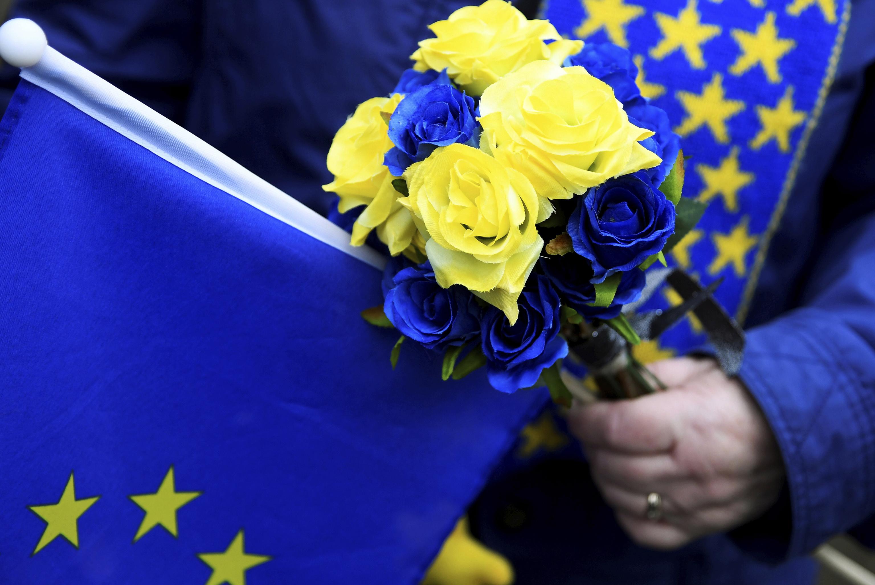 Una manifestante antiBrexit con la bandera de la UE.