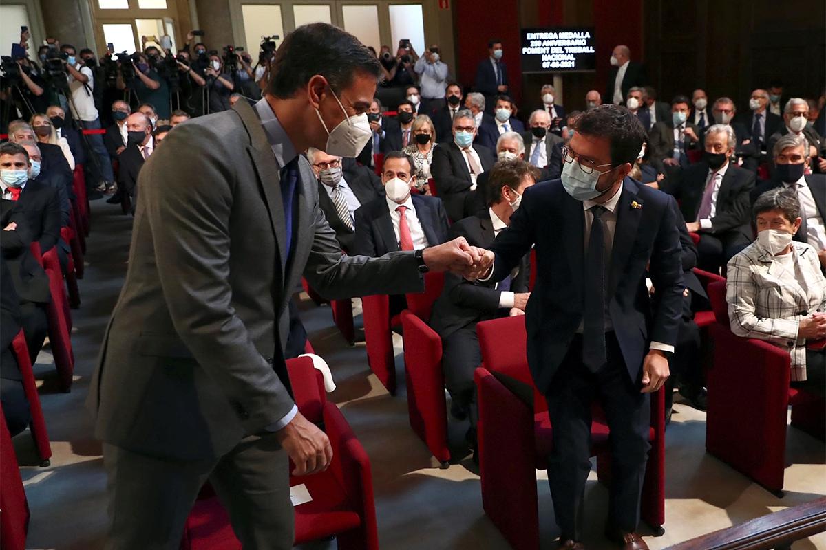 Pere Aragonès y Pedro Sánchez se saludan este lunes en Barcelona.