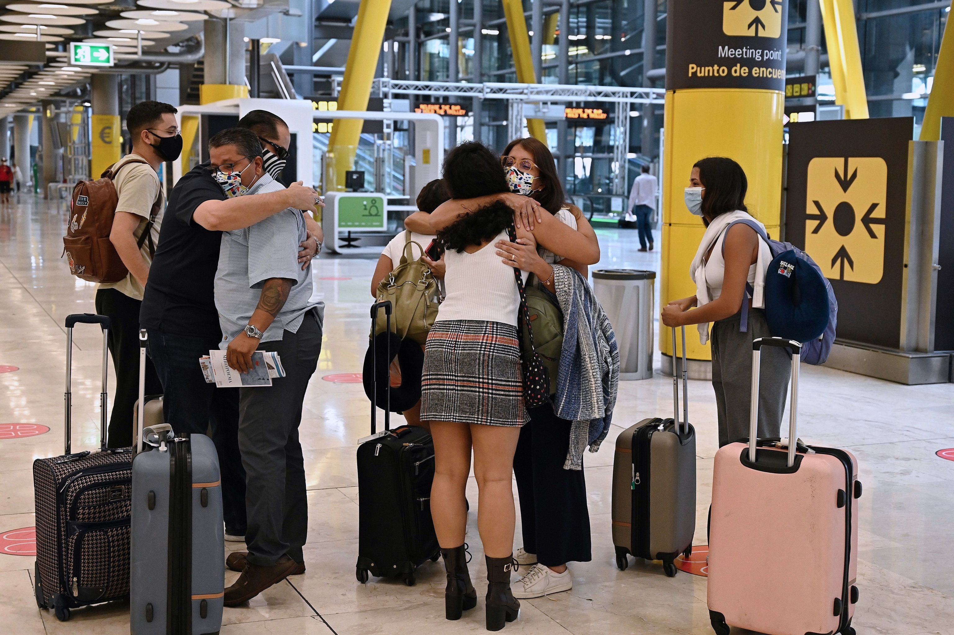 Varios turistas, tras aterrizar en la terminal 4 del aeropuerto Adolfo Suárez Madrid Barajas.
