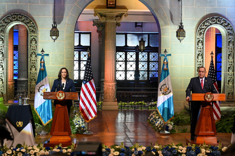 Kamala Harris y el presidente guatemalteco Alejandro Giammattei, este lunes.