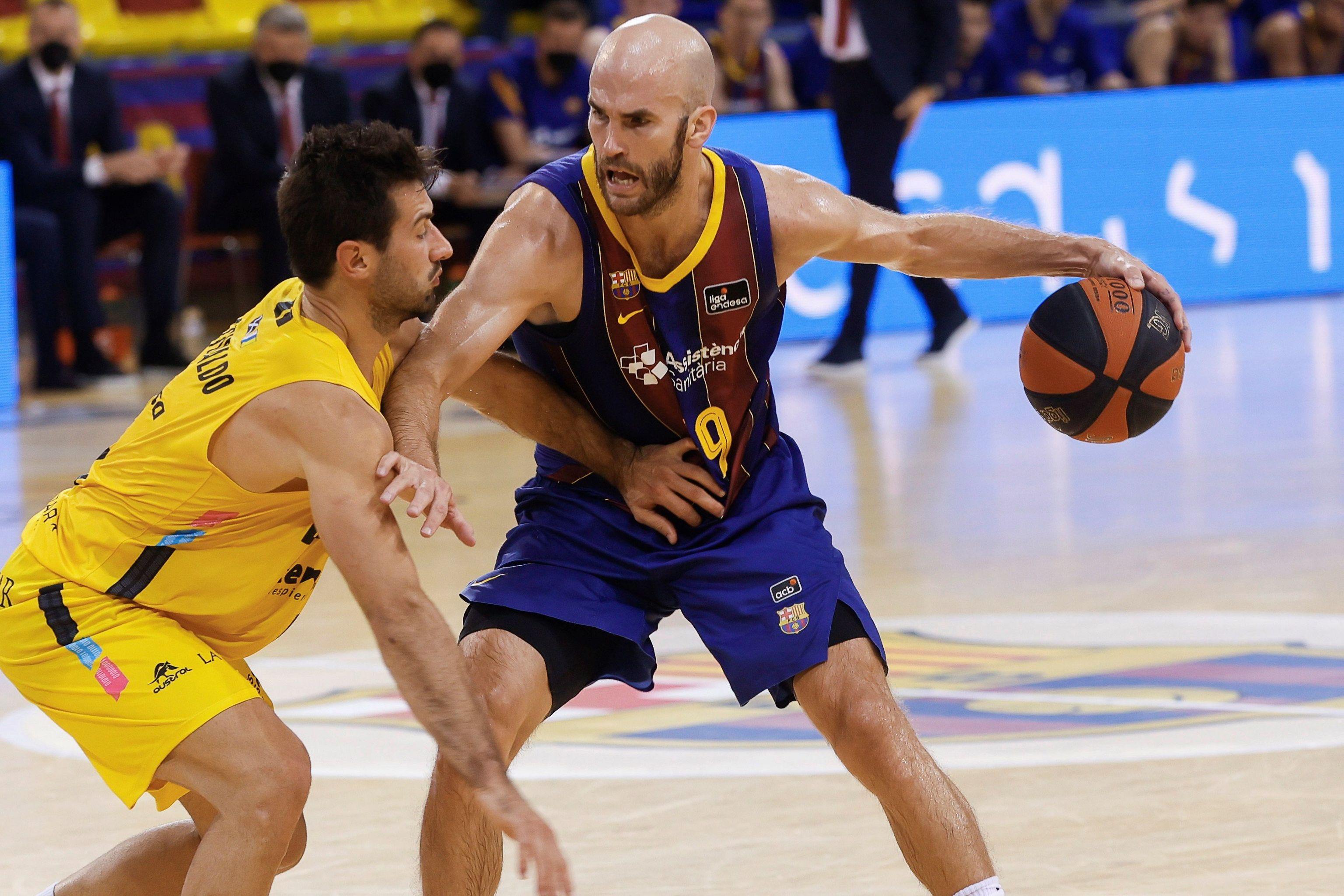 Calathes (d) intenta superar al uruguayo Bruno Fitipaldo.