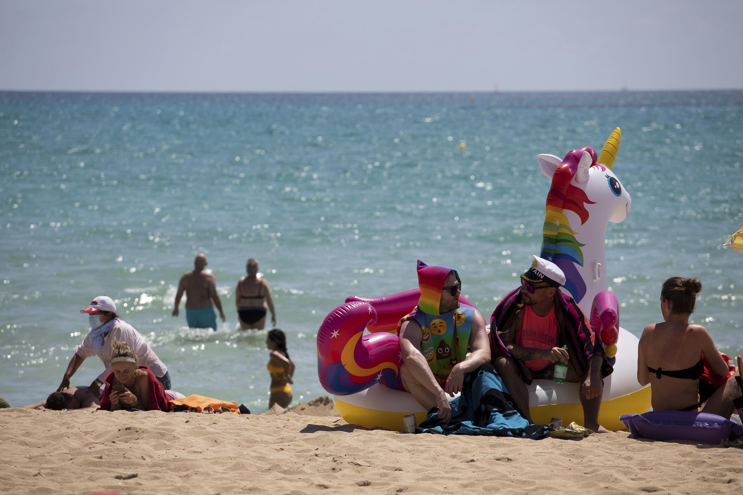 Turistas en una playa de Mallorca este martes.