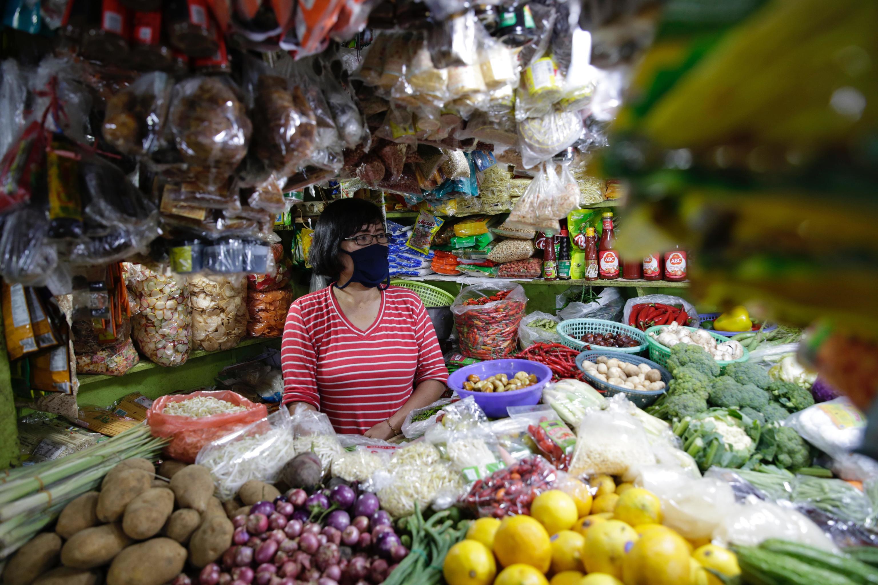 Una comerciante en su puesto de frutas y verduras de un mercado tradicional en Yakarta, Indonesia.