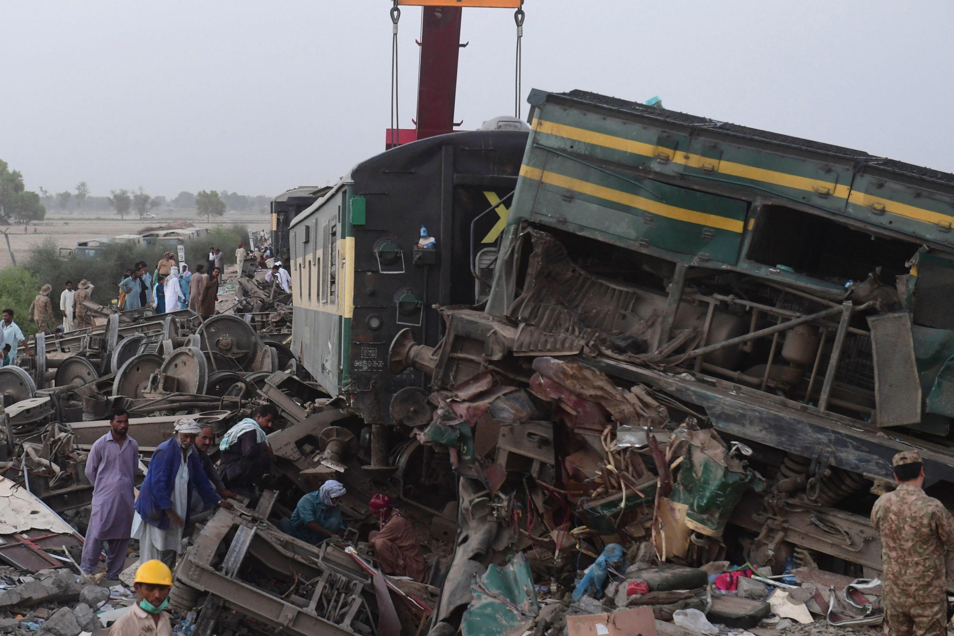 Fuerzas de seguridad buscan supervivientes entre los restos del accidente.