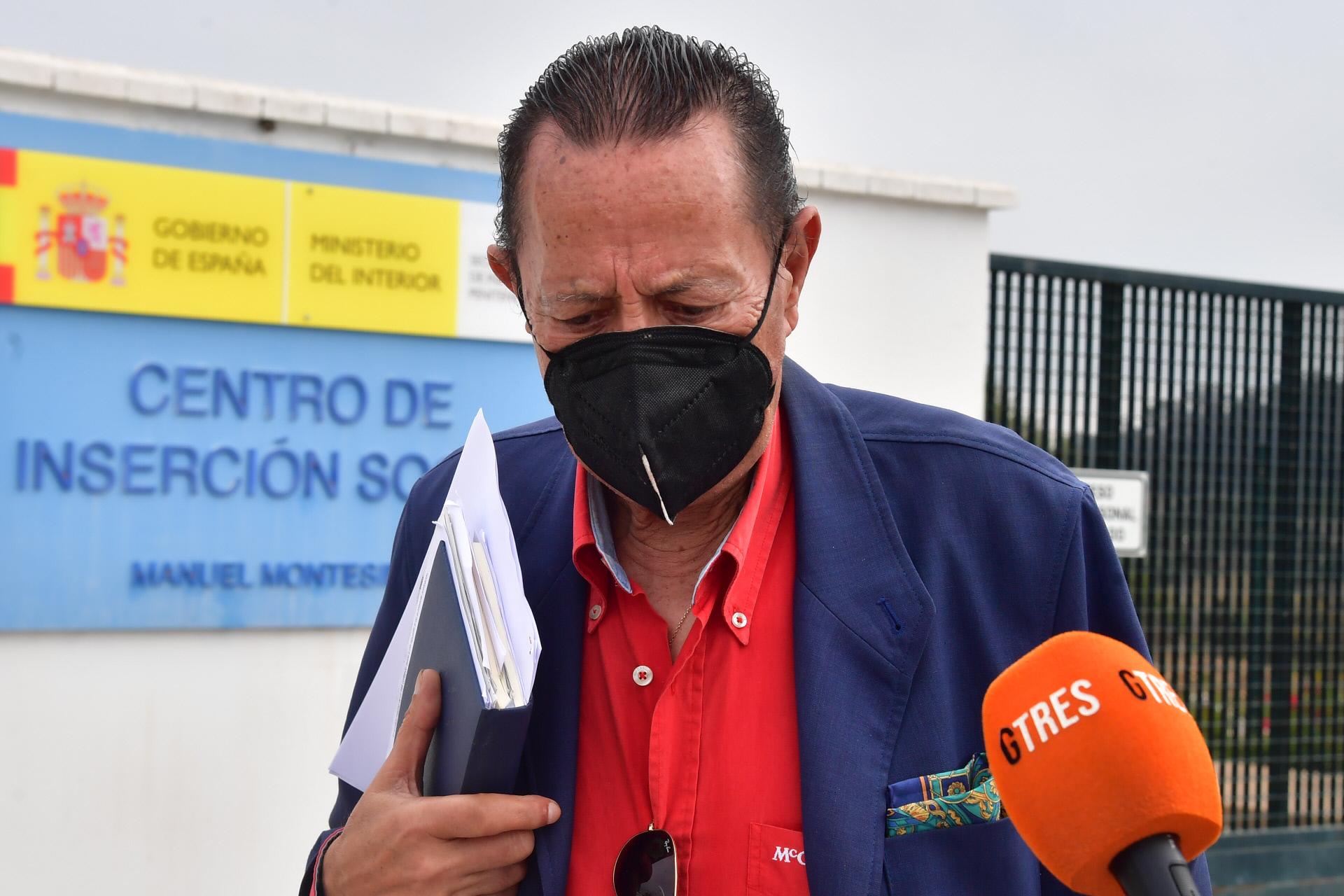 Julián Muñoz, el pasado viernes, a las puertas del centro de inserción social de Algeciras, donde cumplíael tercer grado.