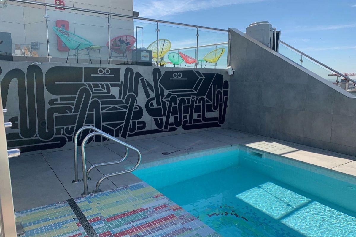 Piscina del W XYZ Bar con el mural que pintó el artista urbano Juan Díaz-Faes.