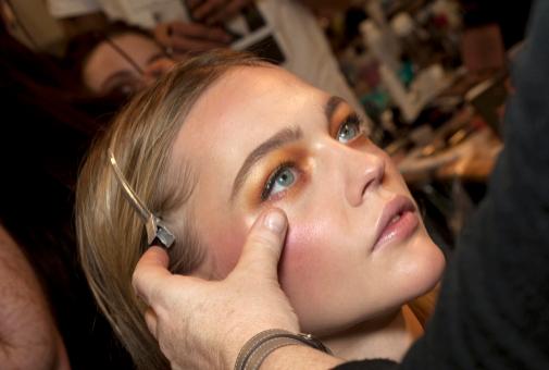 El corrector, aplicado en el centro de las mejillas, ayuda a dar luz al colorete.