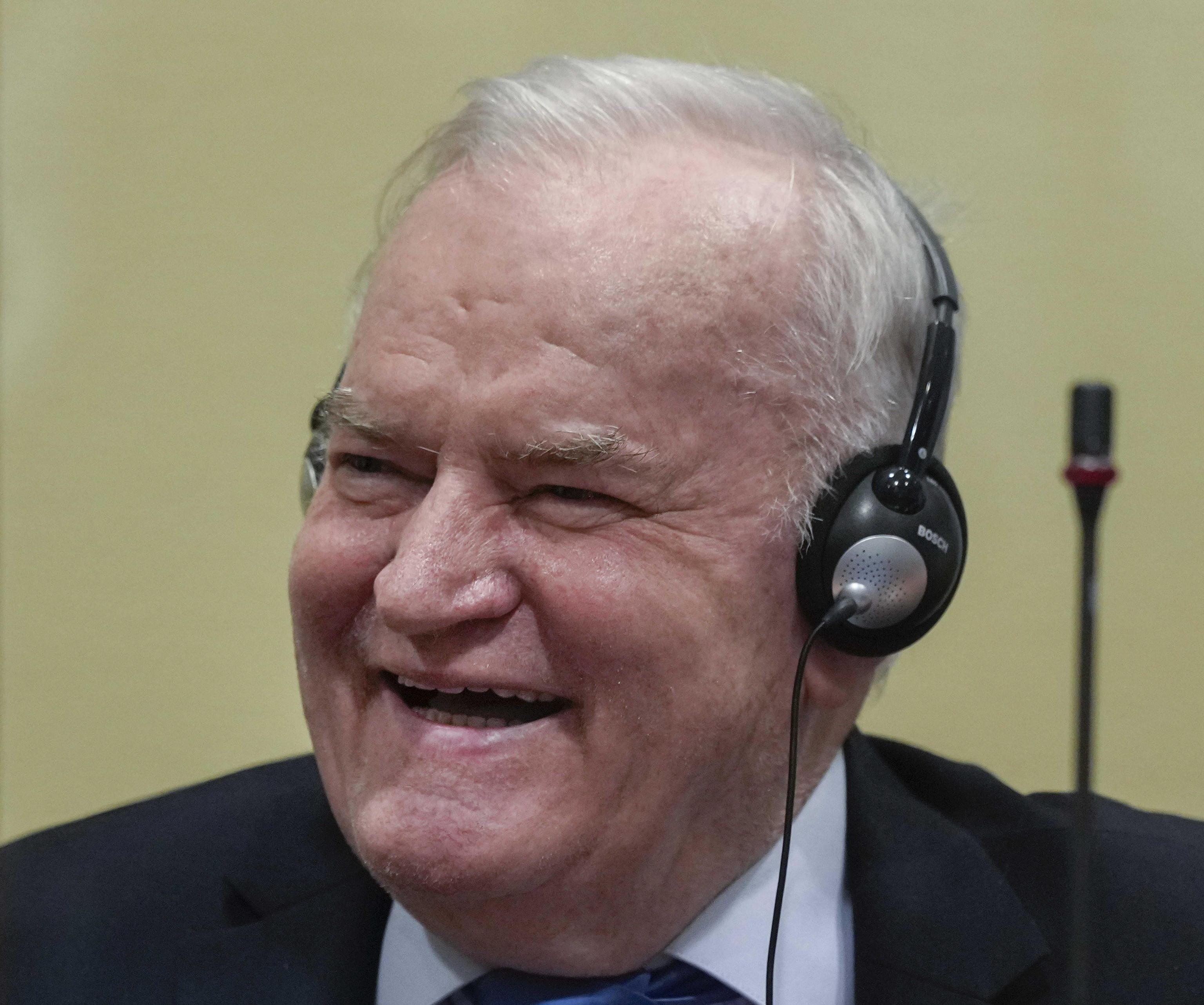 El ex militar serbobosnio Ratko Mladic sonríe durante su veredicto en La Haya, este martes.