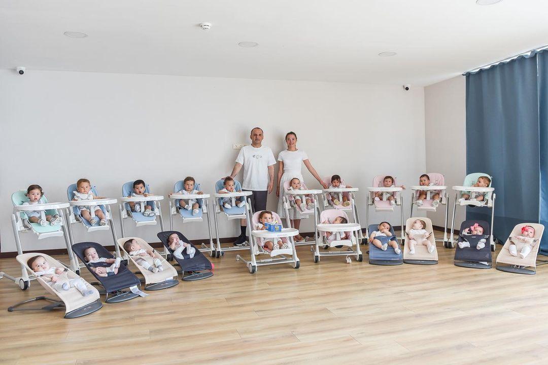 Kristina y Galip    Ozturk  con sus 20 bebés.