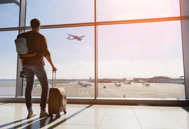 Un viajero mira cómo despegan los aviones.