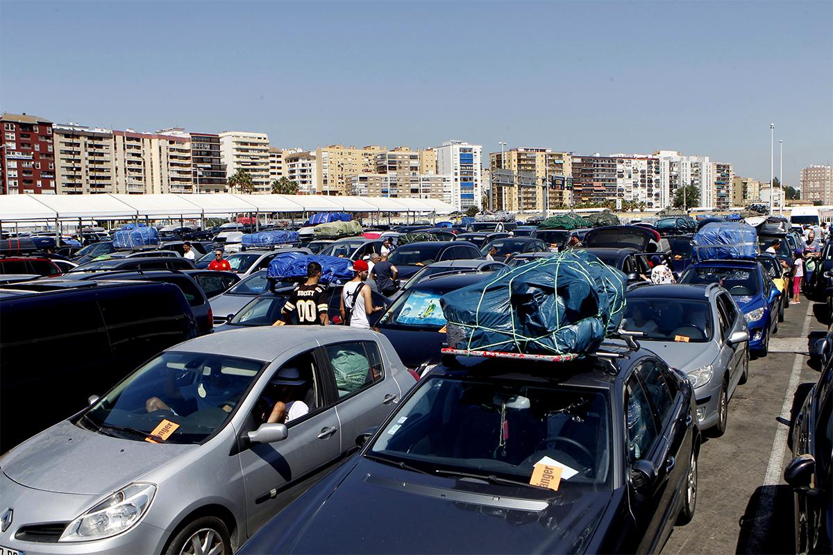 Caravana de marroquíes a la espera de embarcar en Algeciras en 2017.