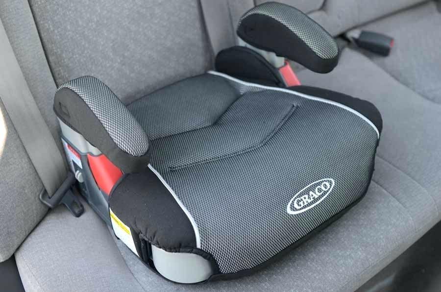 La OCU desaconseja utilizar alzadores para niños en el coche