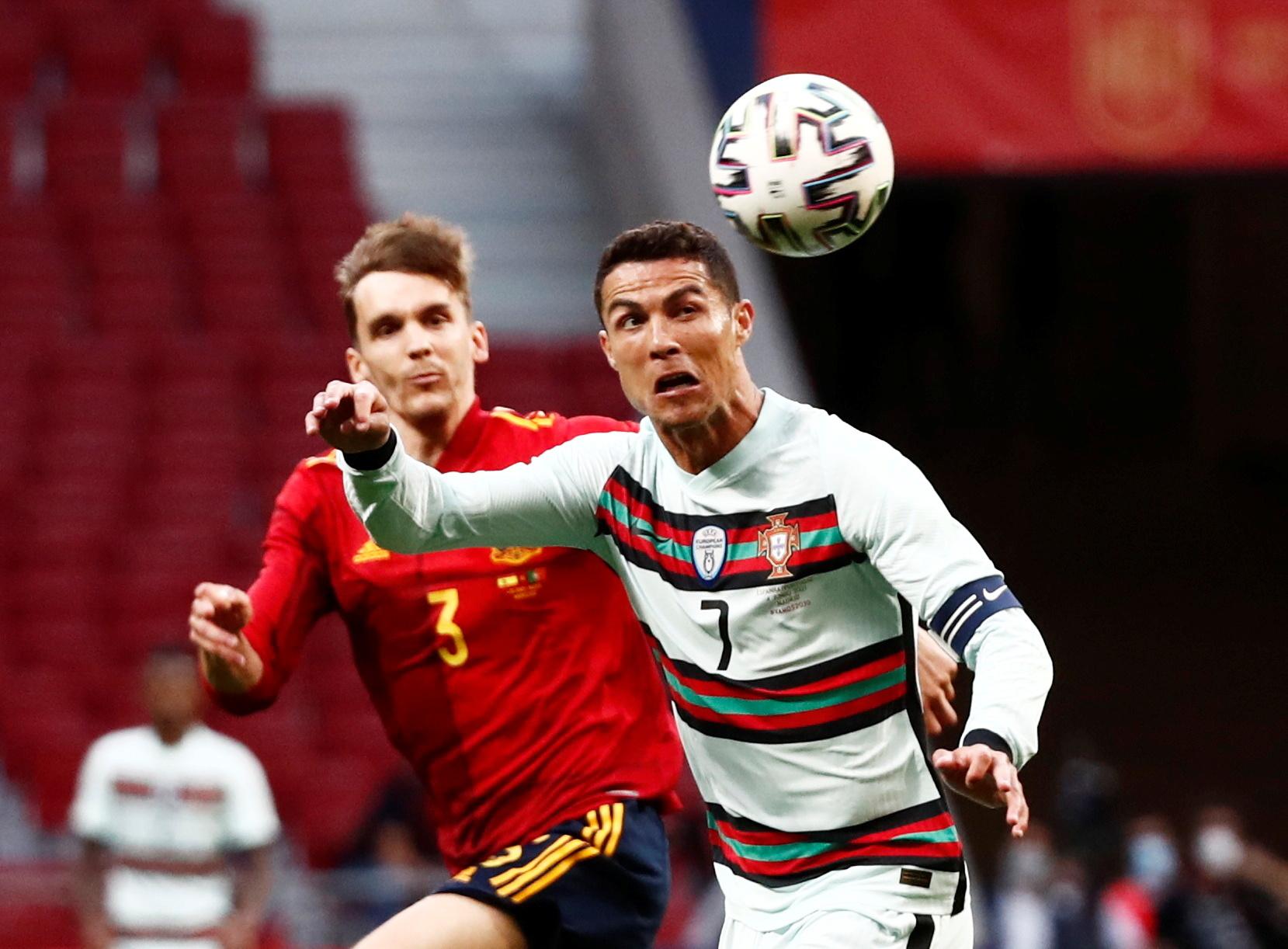 Diego Llorente, junto a Cristiano Ronaldo.