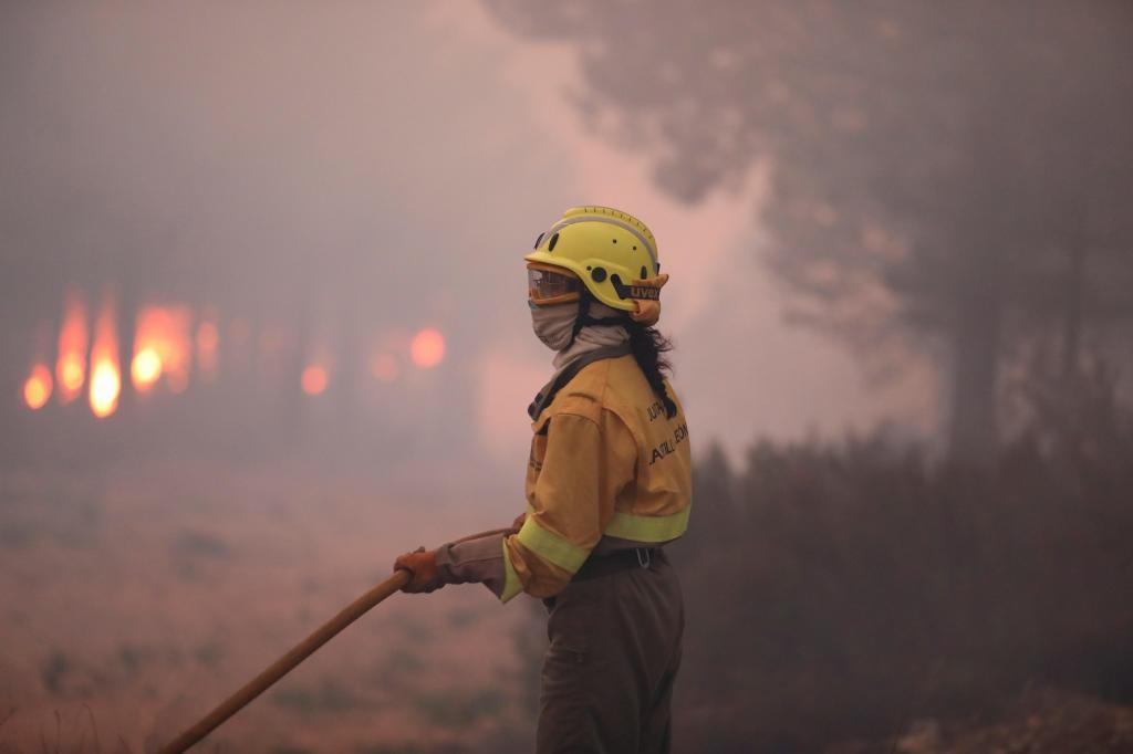 Miembros de los servicios forestales intentan sofocar el incendio en la Sierra de Francia, en Salamanca.
