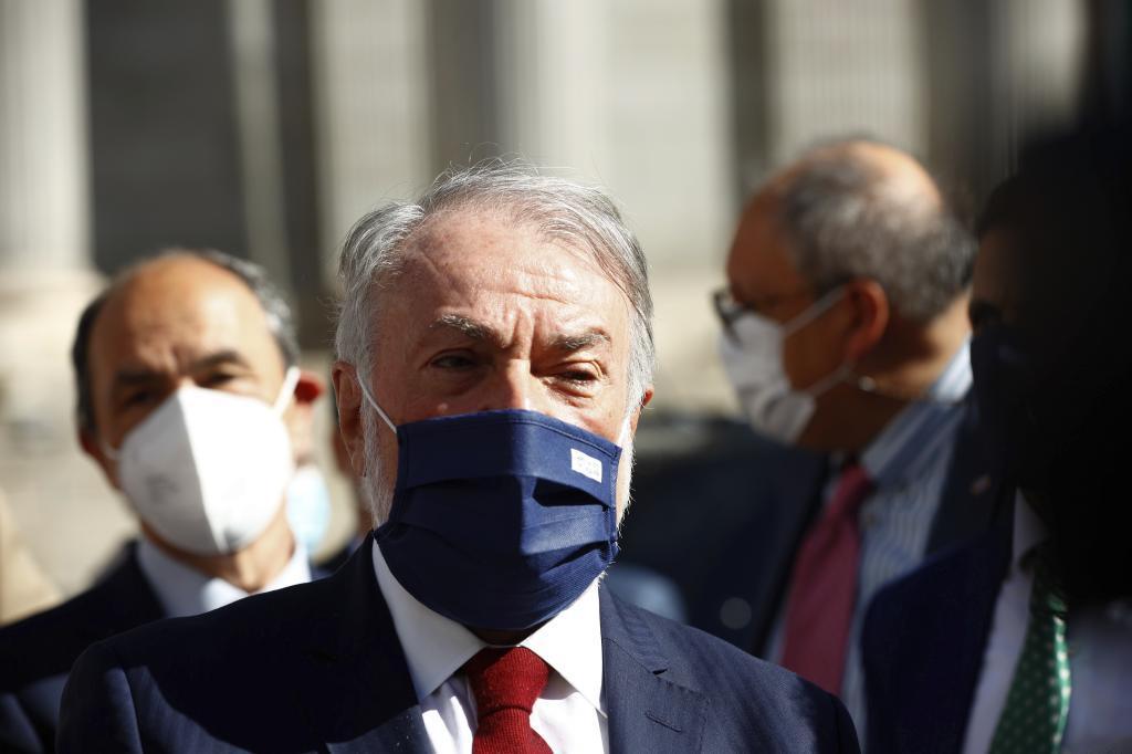Jaime Mayor Oreja, a las puertas del Congreso durante la aprobación de la ley de eutanasia.