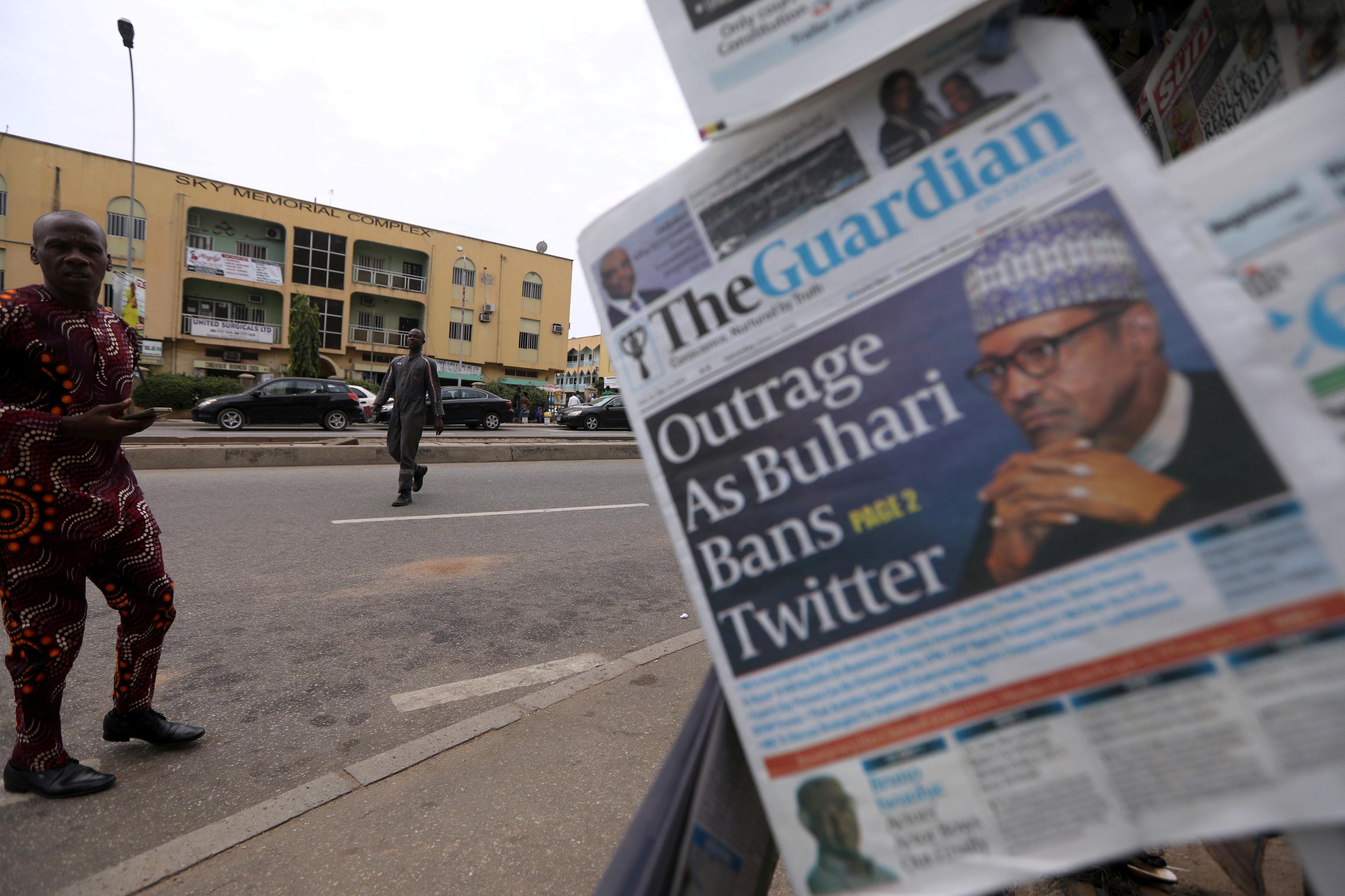 Periódicos en Abuja hacen referencia a la prohibición de Twitter.