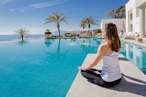 Yoga junto a la piscina en el Hotel Vincci Selección Estrella del Mar.