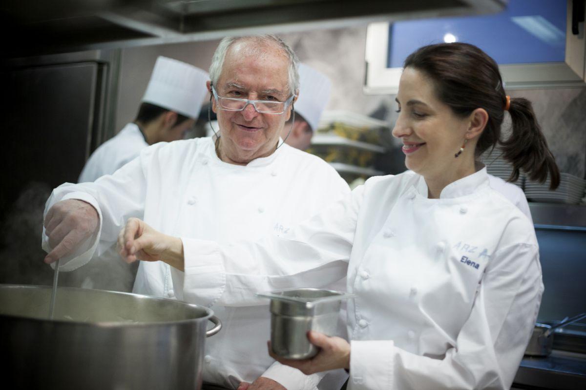 Padre e hija, cocinando juntos.