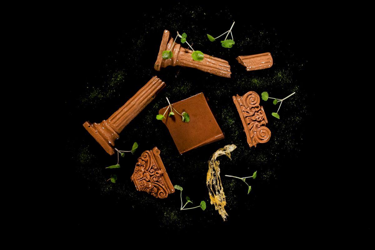 Ruinas de chocolate, pectina de algarroba y crujiente de miel.