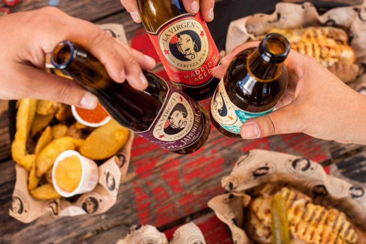 Cervezas de La Virgen y algunos de los platillos del taproom.