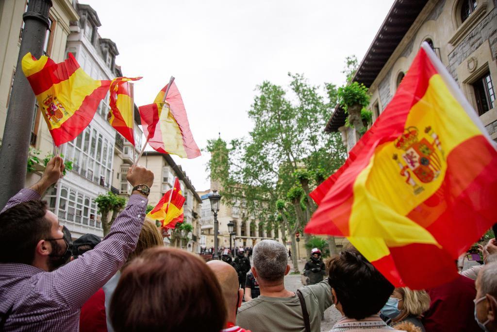 Varias personas ondean banderas de España en Vitoria