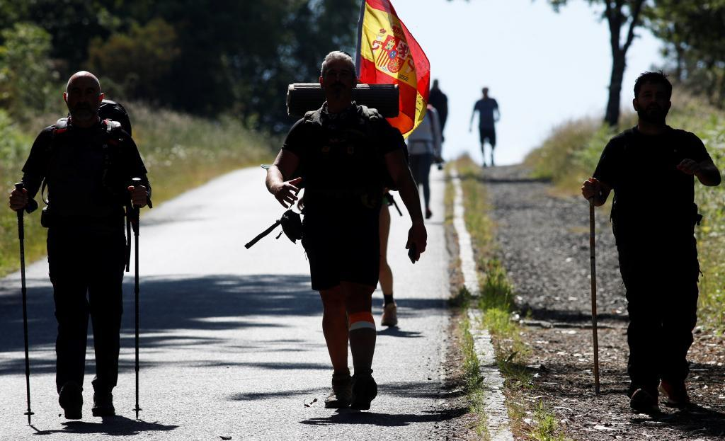 Varios peregrinos recorren la etapa del Camino de Santiago de Portomarín-Palas de Rei.