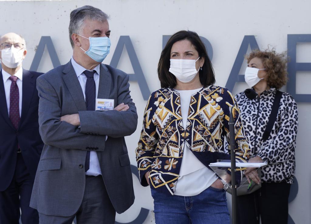 La consejera Beatriz Artolazabal acompañada por el director de Zaballa Benito Aguirre antes de su visita a la cárcel alavesa.