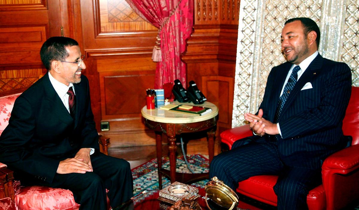 El rey Mohamed VI conversa con Saad Edin el Othmani.