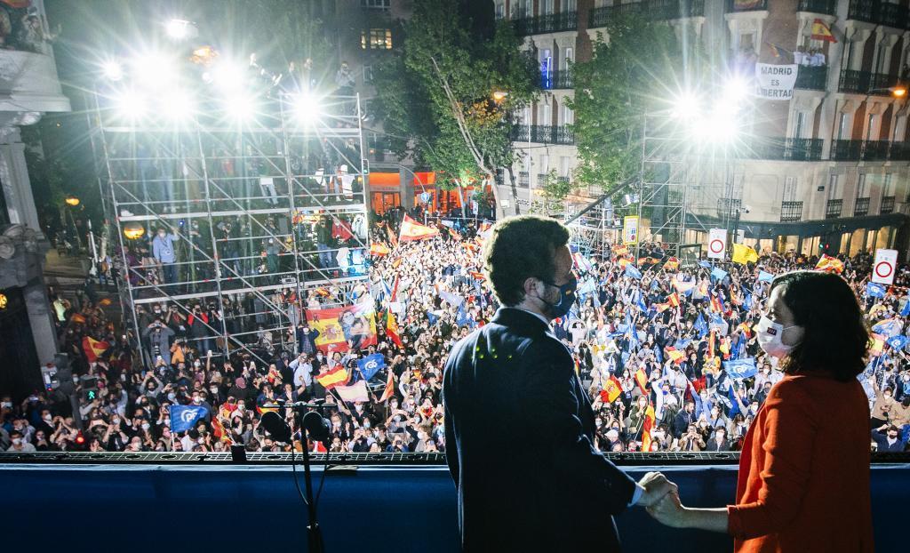 Casado y Ayuso, en el balcón de Génova, celebrando la victoria electoral del PP en Madrid el pasado 4 de mayo.