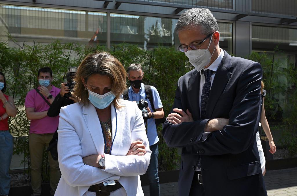 La vicepresidenta cuarta Teresa Ribera, y el gobernador del Banco de España, Pablo Hernández de Cos