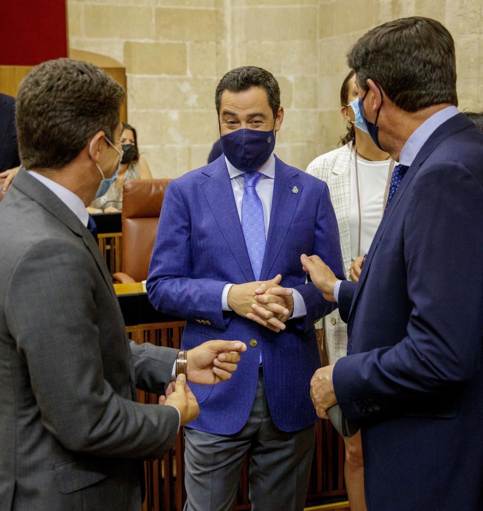 El presidente de la Junta, Juanma Moreno, este miércoles en el Parlamento con el vicepresidente, Juan Marín, y el portavoz de Ciudadanos, Sergio Romero.