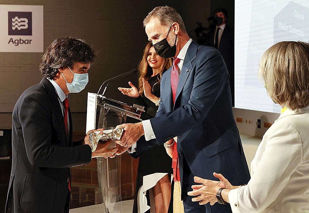 El periodista de EL MUNDO Pedro Simón recoge el premio de manos de Felipe VI
