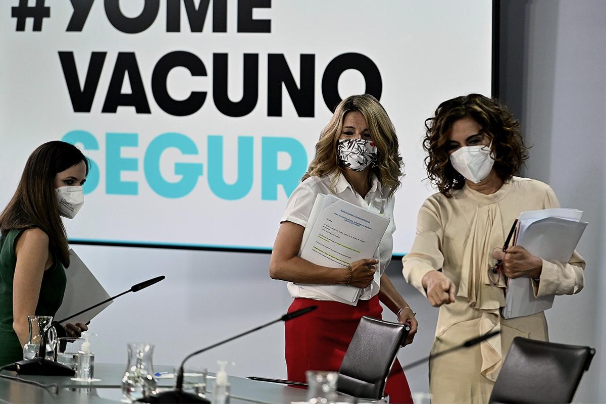 Ione Belarra y Yolanda Díaz, de Unidas Podemos, con María Jesús Montero en Moncloa.