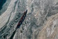 Una nave atraviesa una capa gelatinosa de baba, en la costa de Caddebostan, en el mar de Mármara (Turquía).