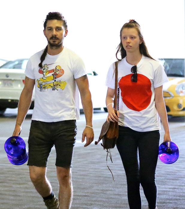 Con su ex pareja, Mia Goth.