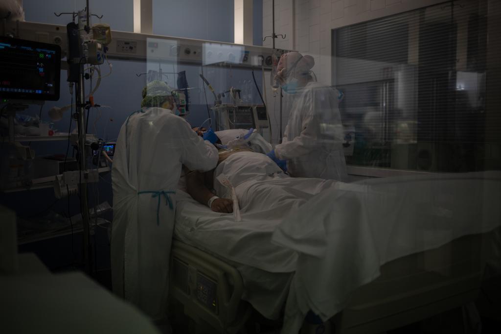 Un enfermo de coronavirus en la UCI del Hospital del Mar, en Barcelona.