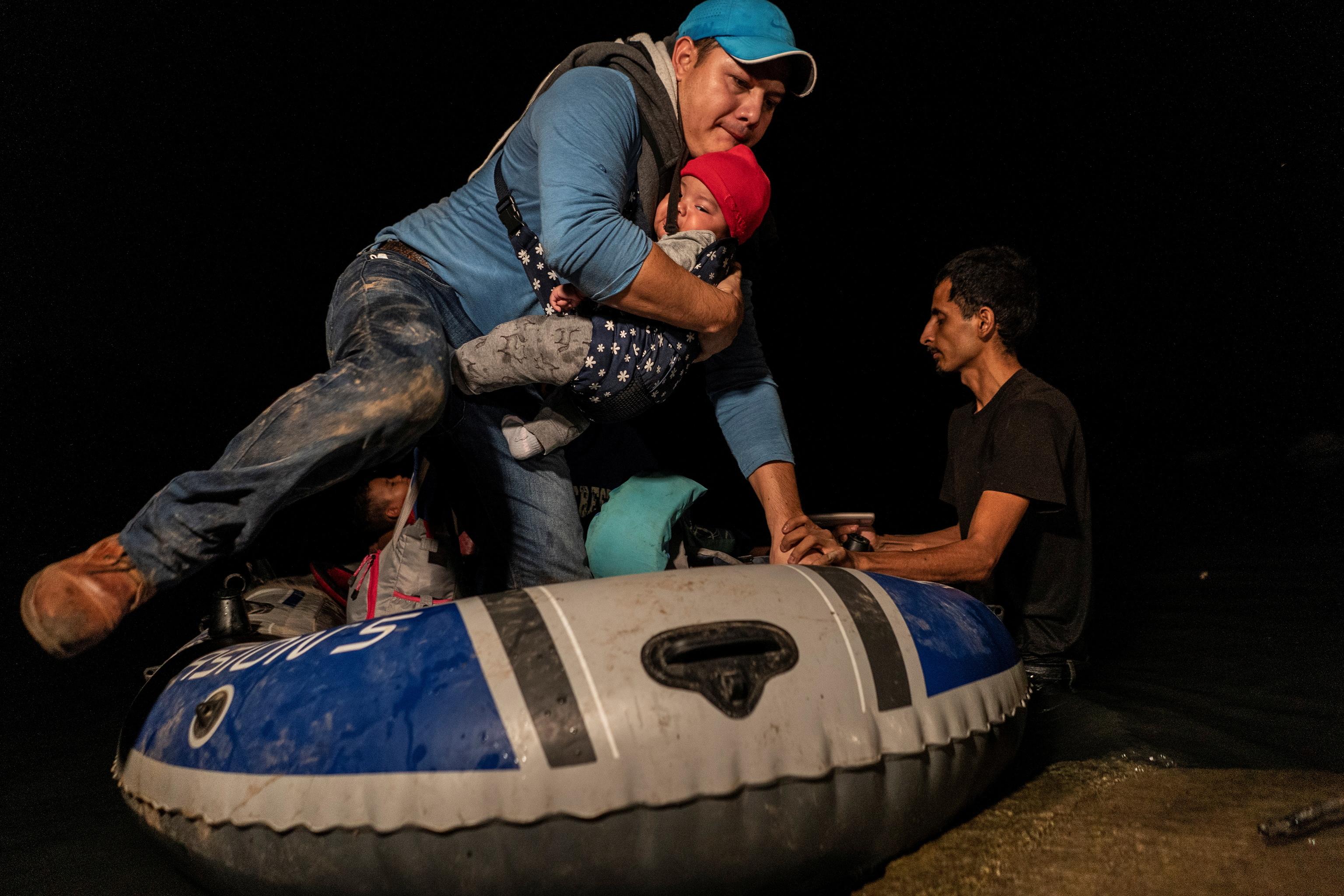 Una familia de migrantes cruza Rio Grande para llegar a EEUU.