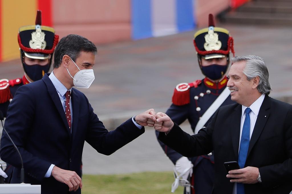 Pedro Sánchez saluda al presidente de Argentina, Alberto Fernández, en la Casa Rosada.