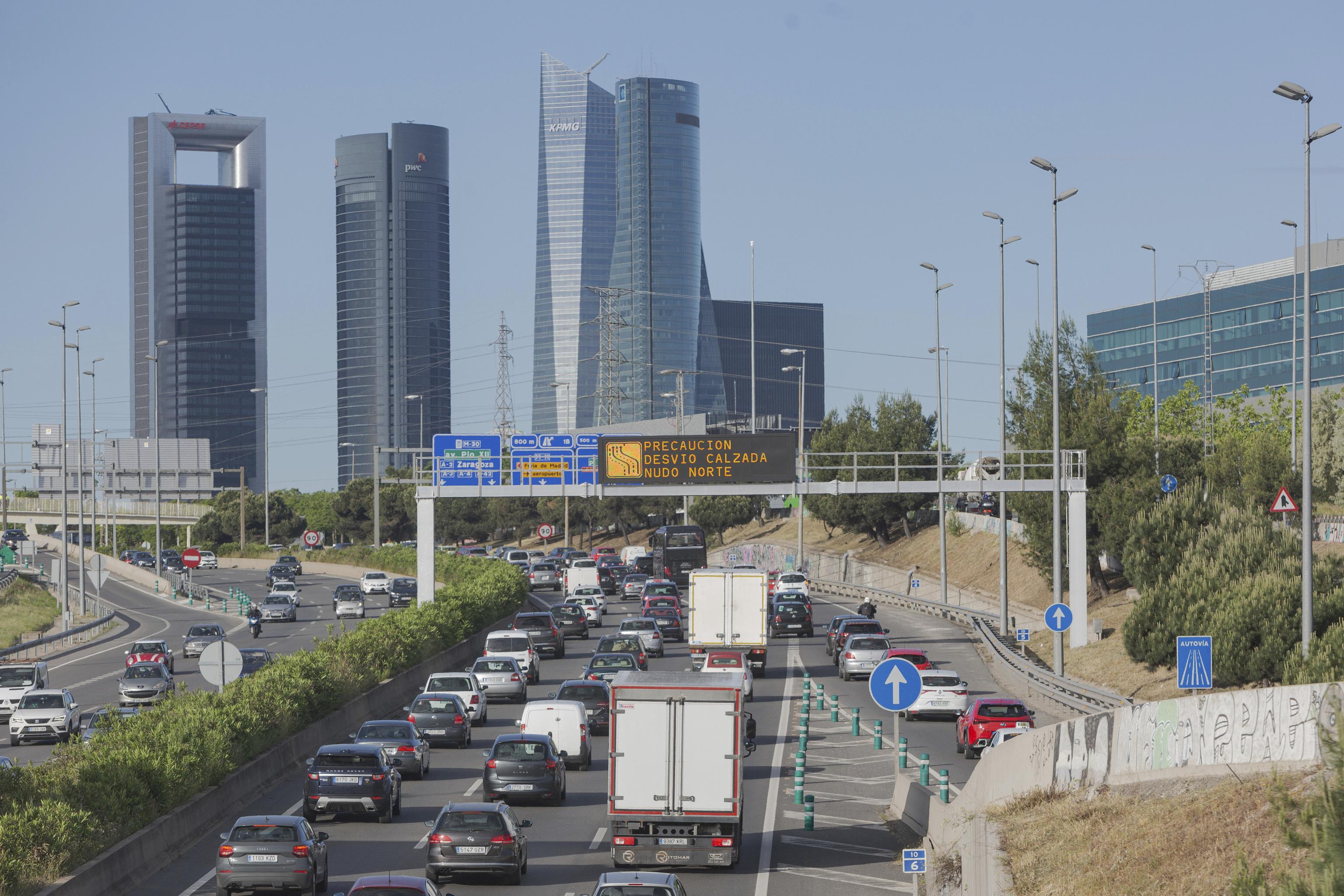 Decenas de coches en la salida de Madrid.
