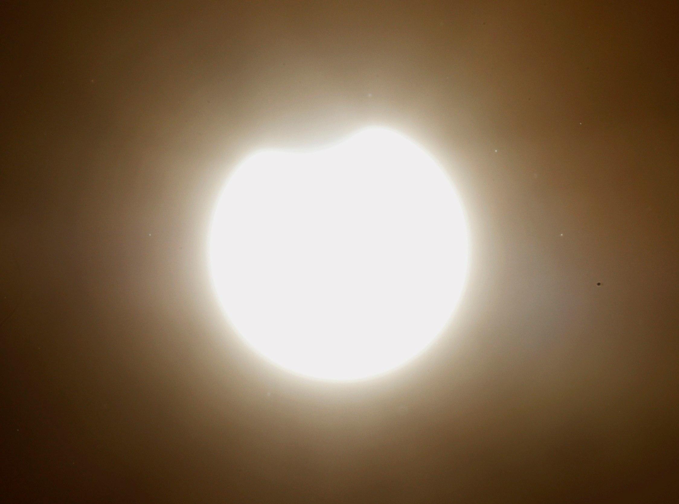 El eclipse anular de Sol visto desde la Plaza del Obradoiro, en Santiago de Compostela