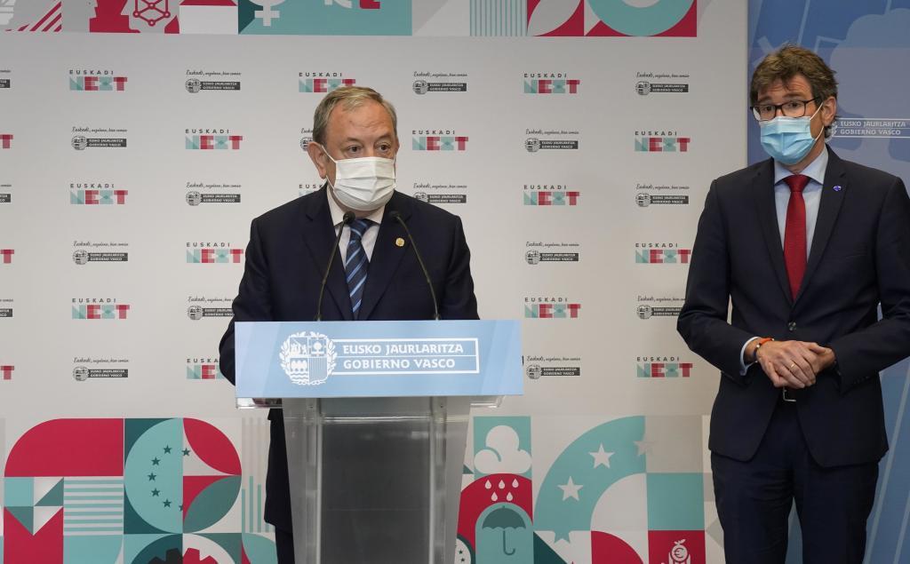 El consejero Pedro Azpiazu junto al alcalde de Vitoria y presidente de Eudel Gorka Urtaran durante su comparecencia en la sede del Gobierno vasco en Lakua.