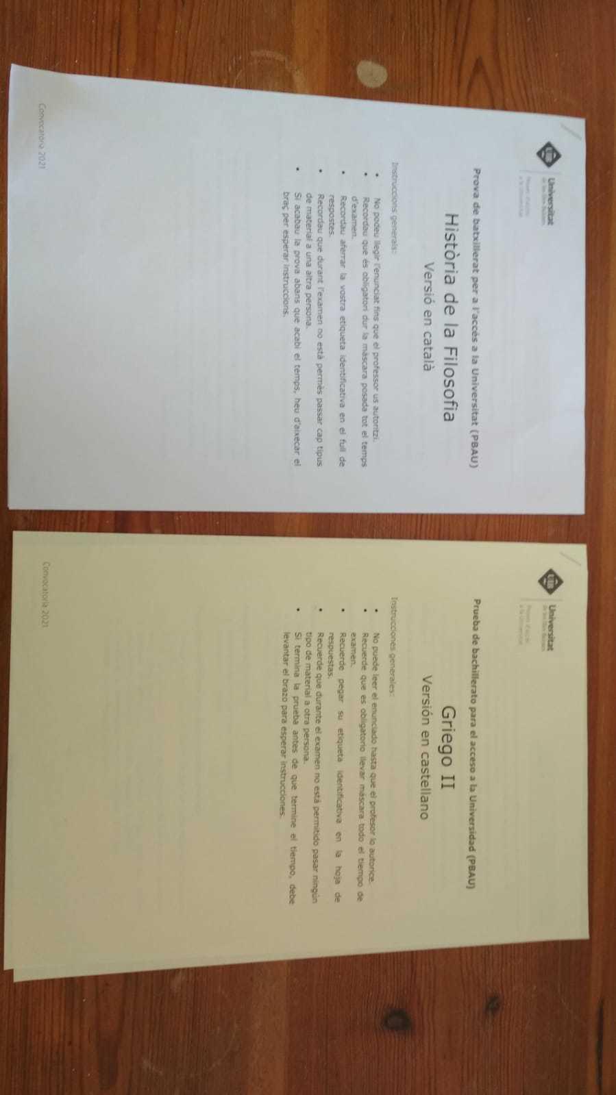 Examen en catalán en Baleares (izqda.) y en castellano (dcha., en amarillo).