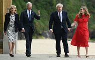 Joe y Jill Biden (izquierda) pasean junto a Boris Johnson y su mujer, Carrie, en Carbis Bay.