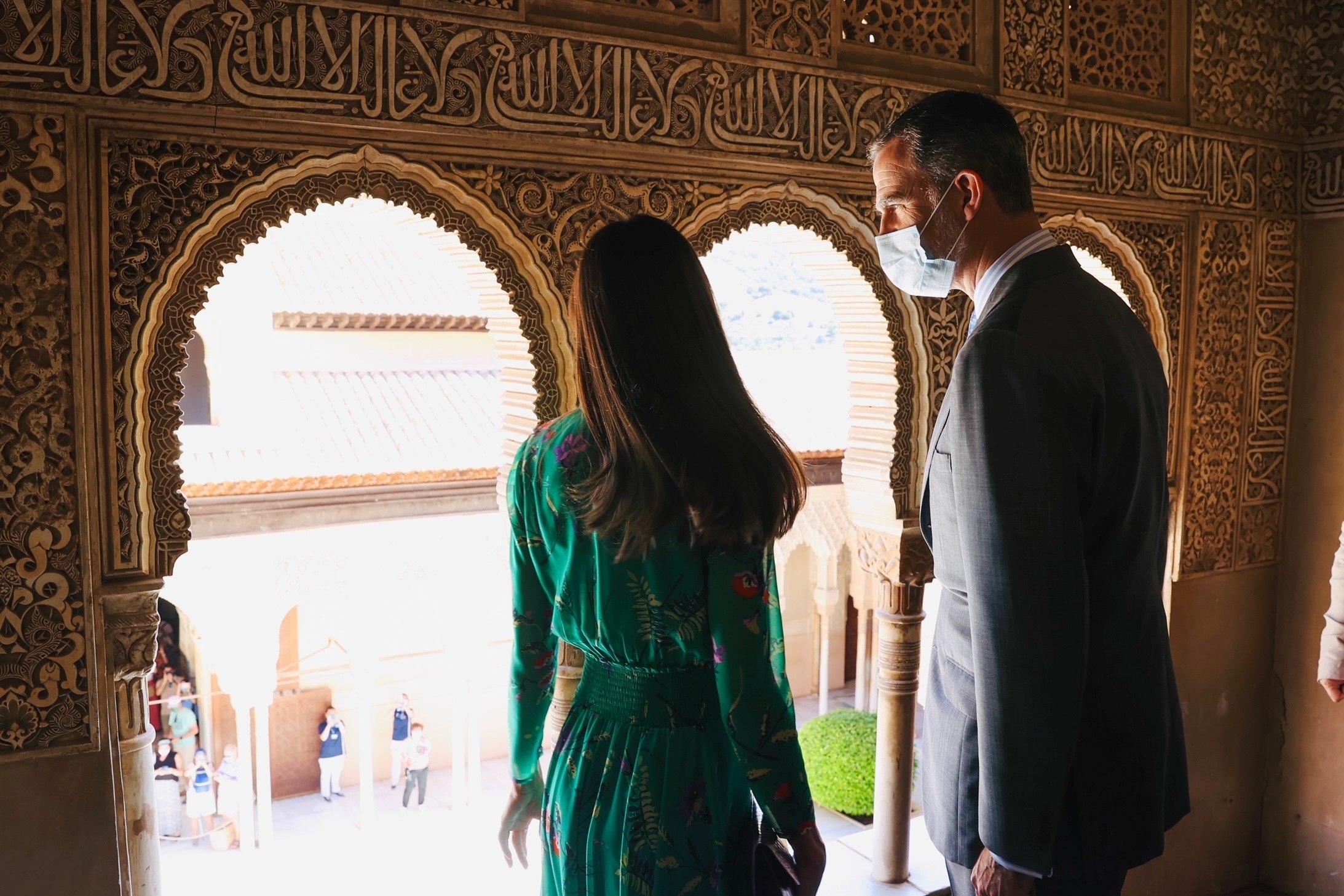 Los Reyes en el interior de la Alhambra, antes de inaugurar la exposición.