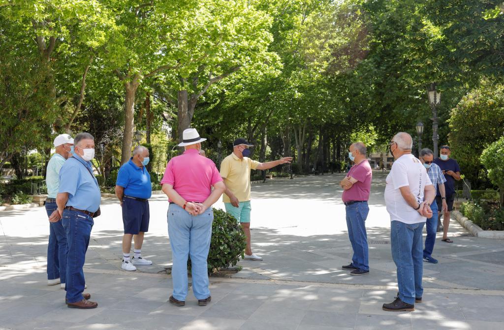 Un grupo de jubilados en un parque de Ronda (Málaga)