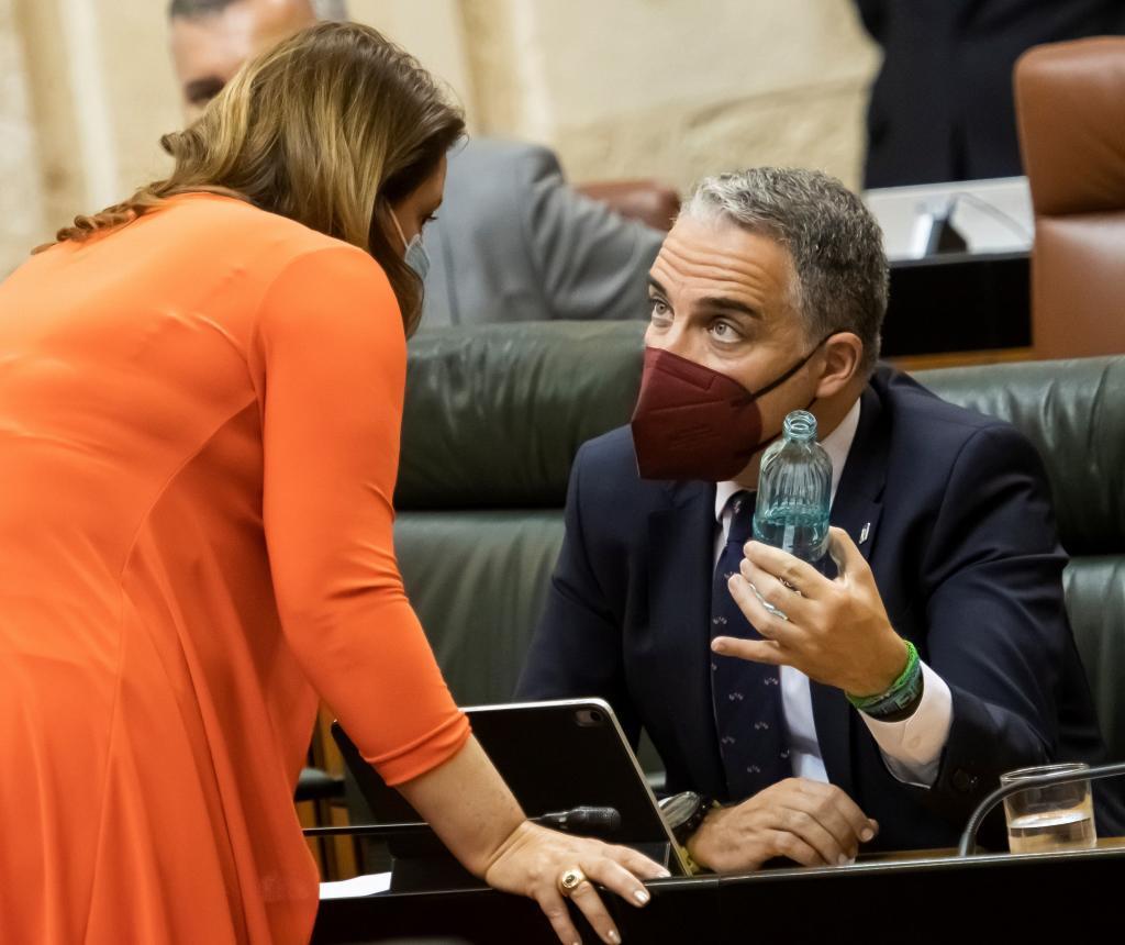 El consejero de Presidencia, Elías Bendodo, y la de Agricultura, Carmen Crespo, este jueves en el Parlamento.